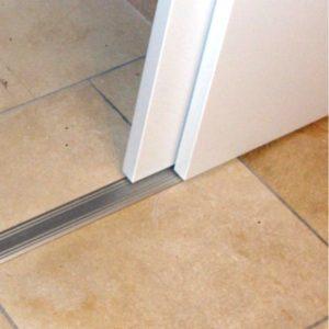 Sistema con riel de gu a en superficie para puertas for Riel para puerta corrediza