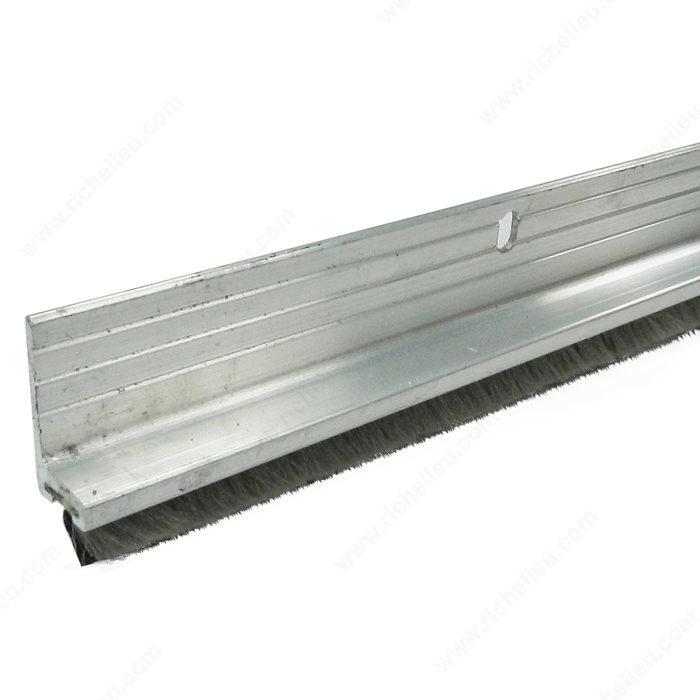 balai de bas de porte en aluminium avec brosse en nylon quincaillerie richelieu. Black Bedroom Furniture Sets. Home Design Ideas